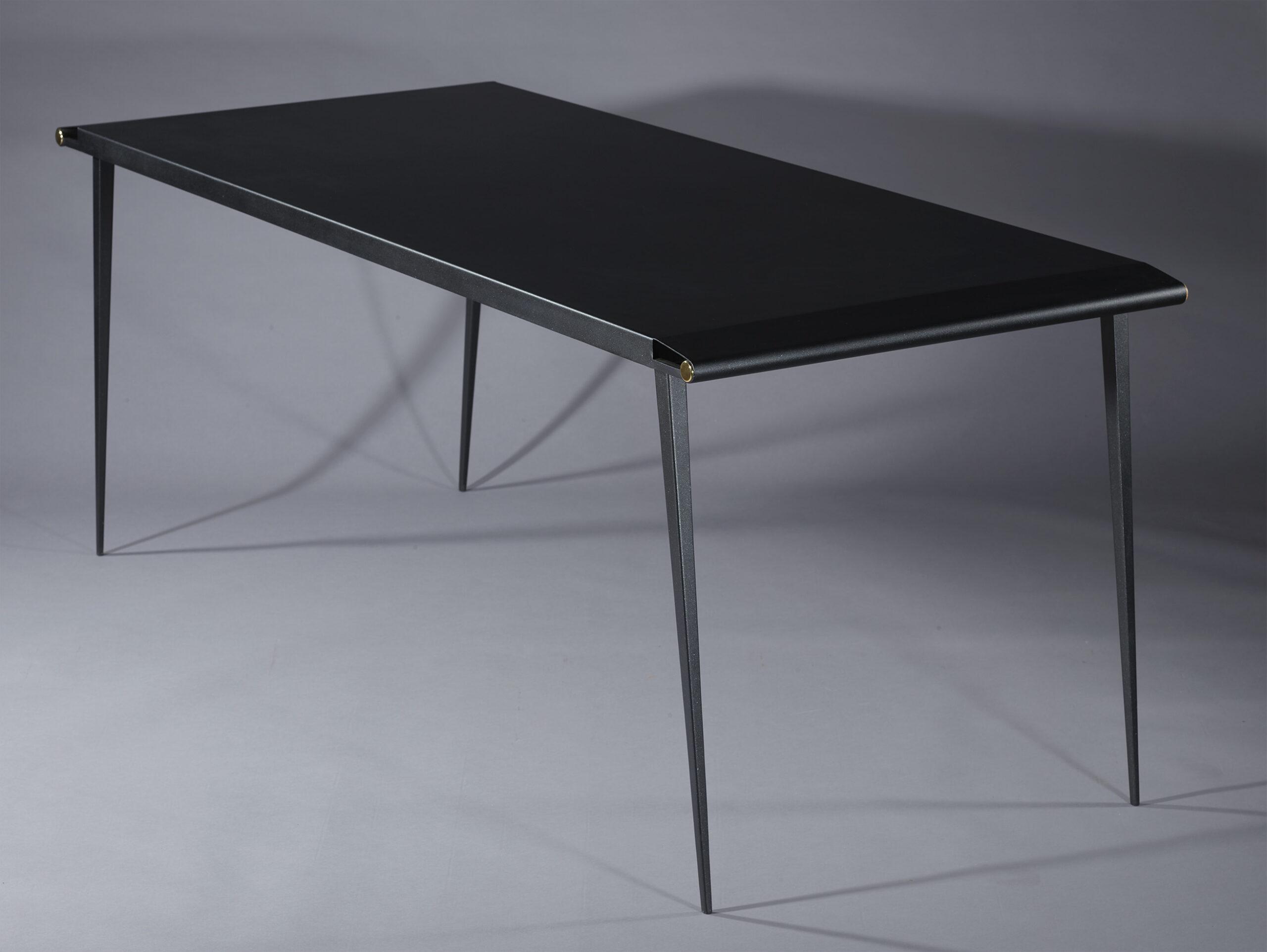 Table en acier laqué et boutons en laiton poli